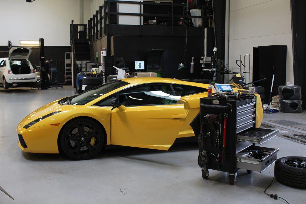 Reparation på Lamborghini så sideruden igen kunne køre op og ned
