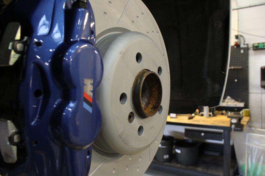 Udskiftning af bremser på BMW 328i, som detalje er disse bremser højventilerede